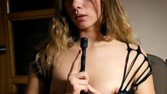 Samantha Shain is in een kinky bui, masturberen met haar zweepje