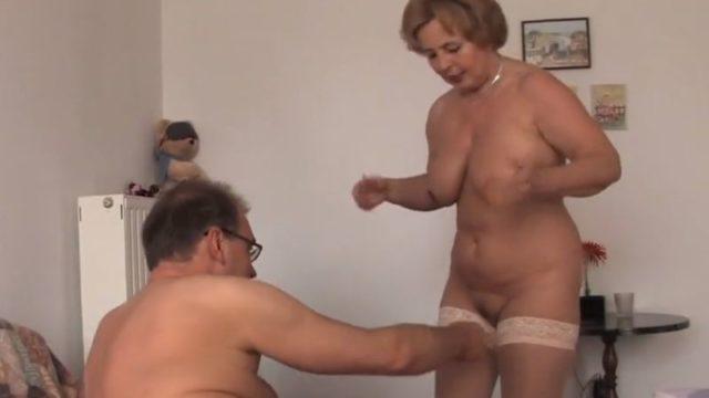 Knappe oma met grote borsten heeft sex met de buurman