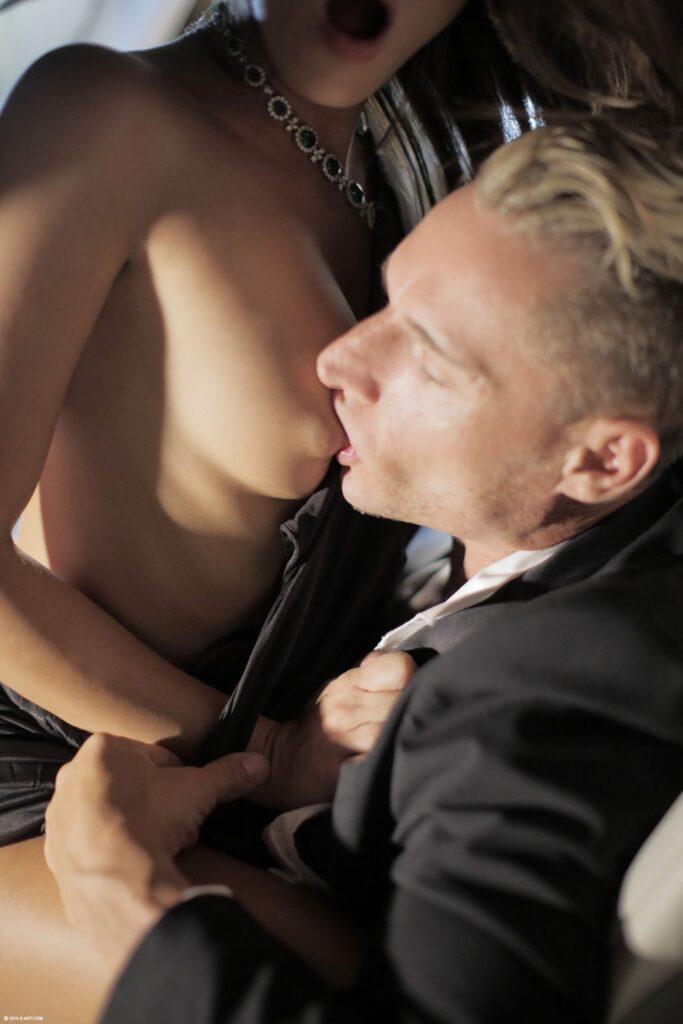 Hij geniet van de heerlijke borsten van zijn vriendin