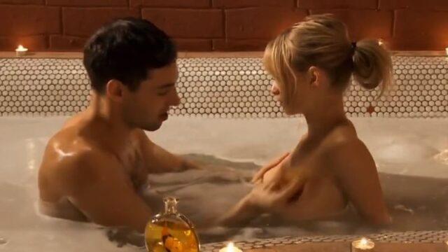 Erotisch voorspel in een groot bad, anale sex op bed