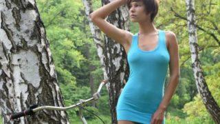 Susi R, haar fiets en naakt in het bos